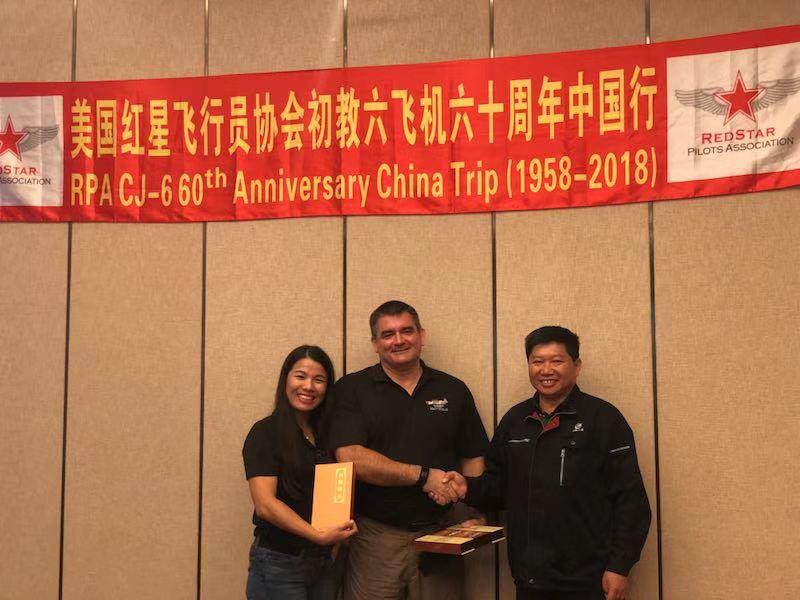 洪都集团朱俊先生向美国红星协会会员赠送纪念品.jpg